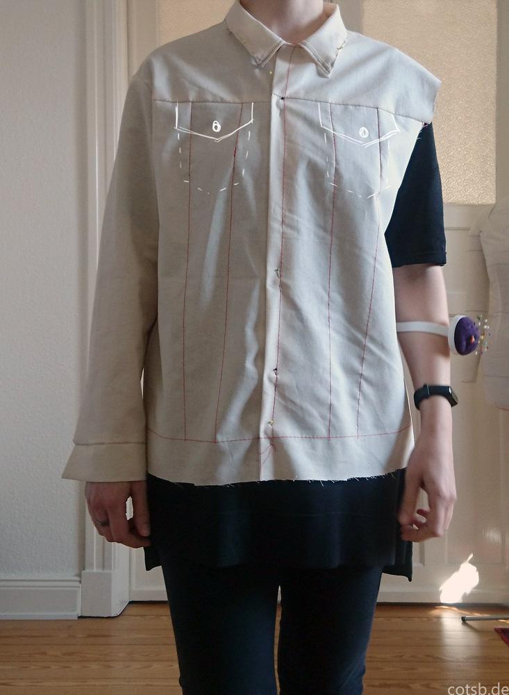 Probeteil Jeansjackevon vorne, geschlossen mit eingezeichneten Brusttaschen