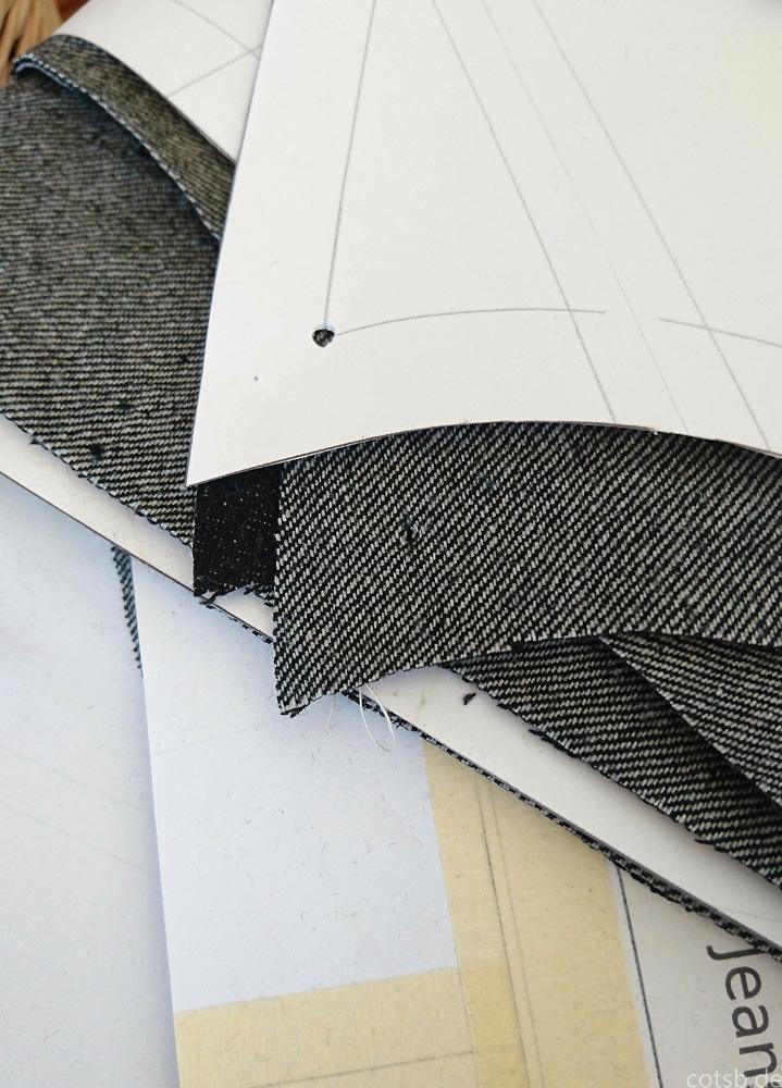 Stapel zugeschnittener Teile mit Markierungen