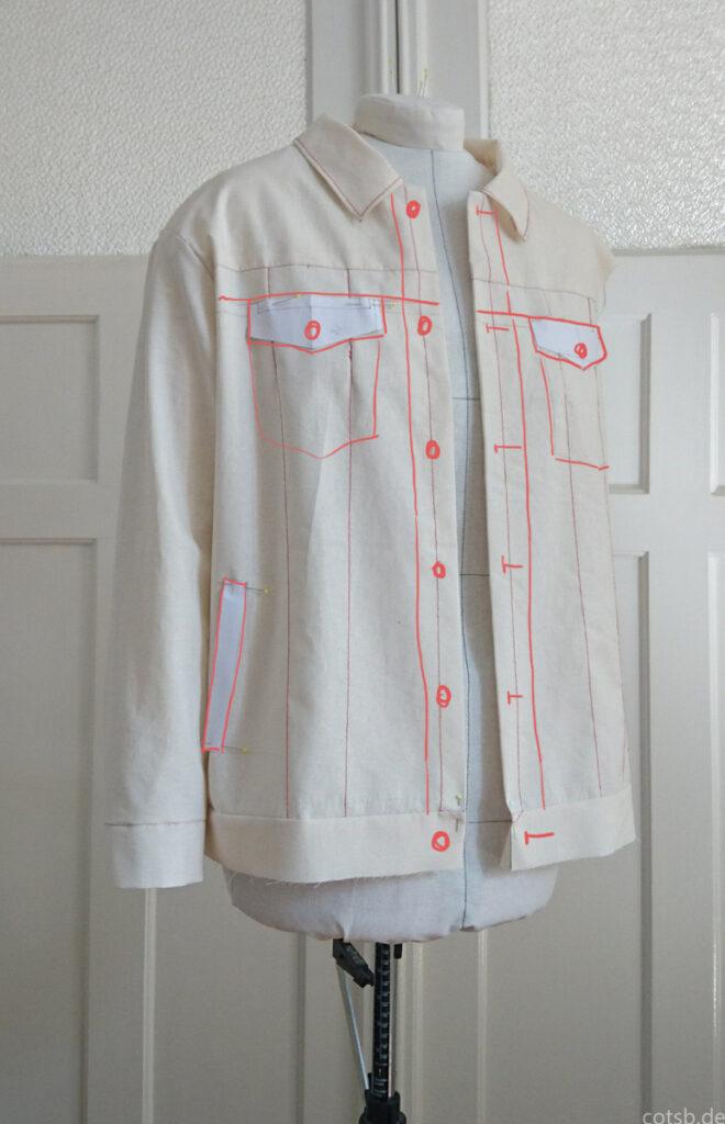 Jeansjacke Probeteil 1.2 auf der Puppe, Vorderseite, mit eingezeichneten Designlinien