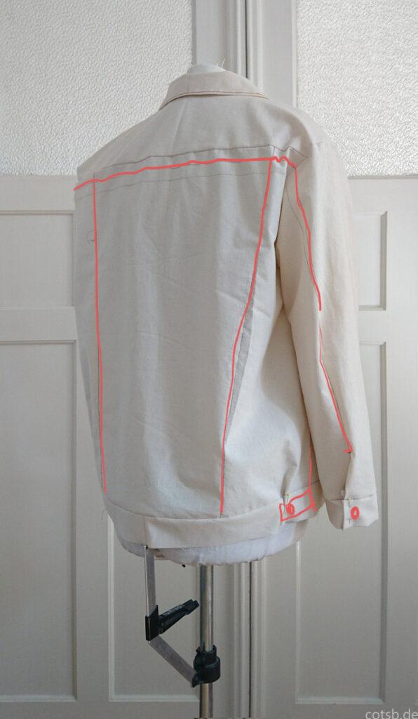 Jeansjacke Probeteil 1.2 auf der Puppe, Rückseite, mit eingezeichneten Designlinien